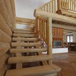 Roubené schodiště ve srubu