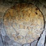 Vzor z lokálního kamene na stěně přírodní stavby