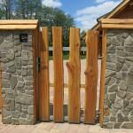 Modřínový plot a kamenný obklad sloupků