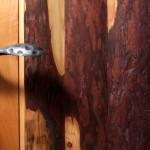 Modřínová kůra ve dveřích