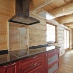 Přiznaná stěna srubové kuchyně