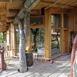 Přírodní balkón a dům s nepravidelnými liniemi